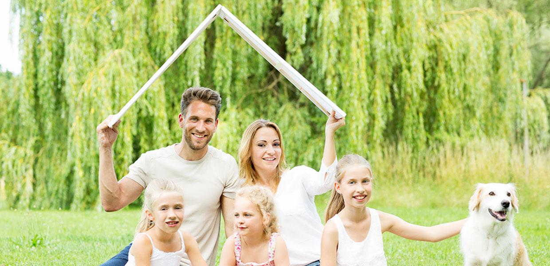 Aktuelles Immobilienangebot - Bild einer Familie, die ein neues Zuhause sucht.