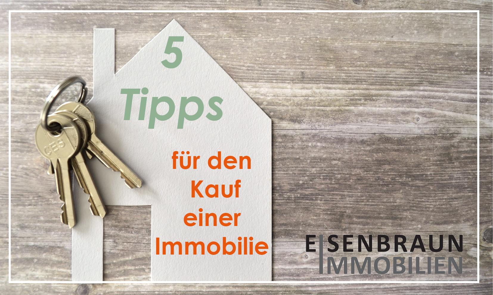 Haus mit Schlüssel und der Aufschrift: 5 Tipps für den Kauf einer Immobilie
