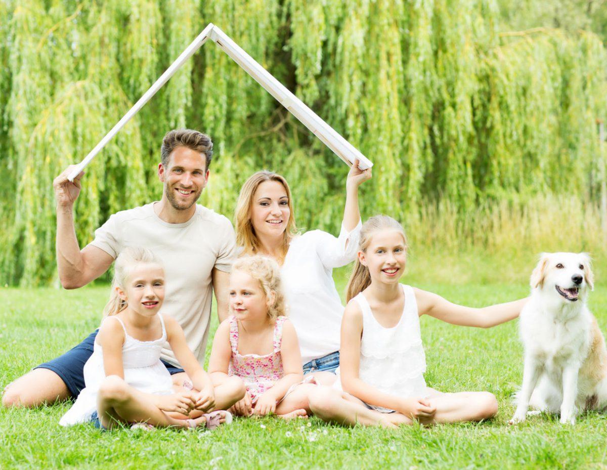 Kaufinteressenten: Familie auf der Suche nach einer neuen Immobilie