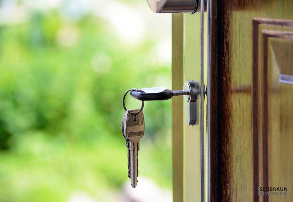 Immobilientausch: Das Sind Vorteile Und Nachteile. Das Foto Zeigt Eine Geöffnete Tür, Bei Der Der Schlüssel Noch Steckt