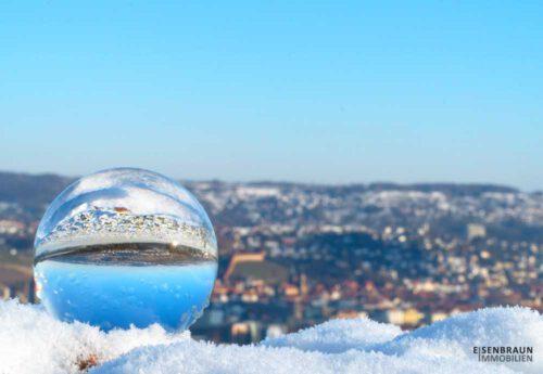 Beitragsbild Für Den Magazin-Beitrag Jahresausblick 2021. Das Foto Zeigt Eine Glaskugel In Der Sich Die Stadt Esslingen Spiegelt